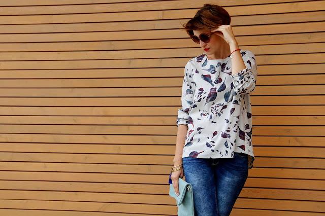 koszula, bluzka w ptaszki, kolorowa koszula, jesienna stylizacja, na jesień, csual, porady stylistki,kopertówka, skórzana