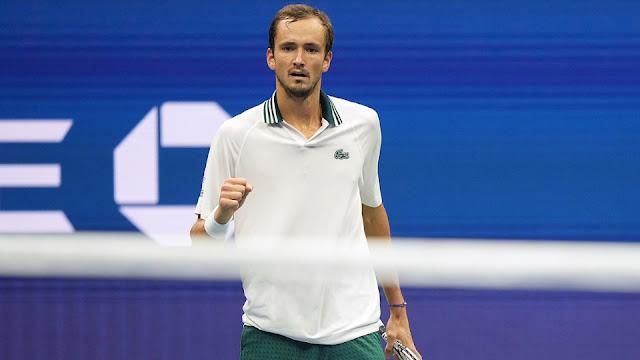 Daniil Medvedev cerra punho direito e comemora ponto conquistado em sua segunda vitória do US Open