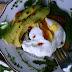Exquisito desayuno con huevos escalfados y aguacate