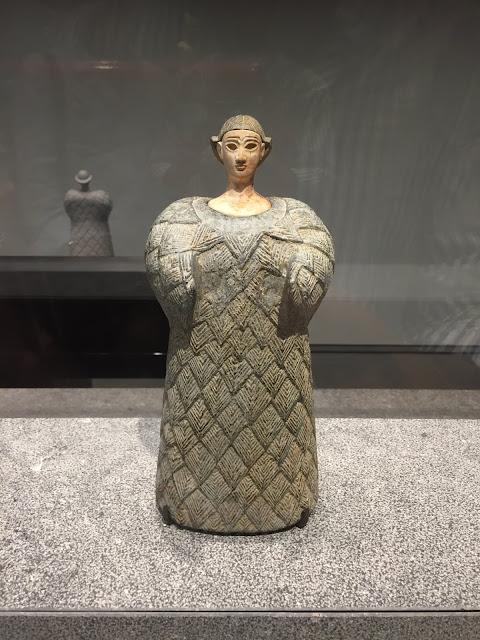 Mujer vestida con prenda de lana - Civilización Oxus Asia Central - 2300-1700 AC