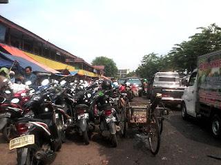 Penyempitan Lahan Di Dalam Pasar Induk Cibitung Di Karenakan Parkir Liar