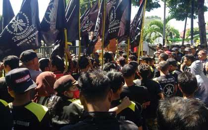 gmbi demo kantor kejari kabupaten cirebon