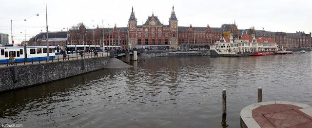 Gran canal de Amsterdam en los Países Bajos