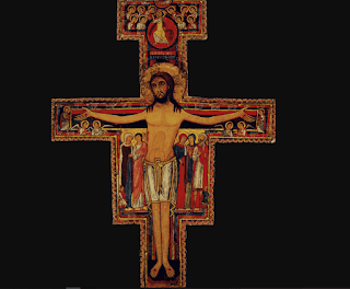 It is the cross worshiped by Francis of Assisi, before which he received the Lord's request to repair his house. In it, Jesus is wounded, but also triumphant, determined and proud despite his suffering. In the head, it has an aura that encloses one more cross, a symbol of His imminent glory. The imposing figure of Jesus is surrounded by smaller figures, each with a precise symbolic meaning.