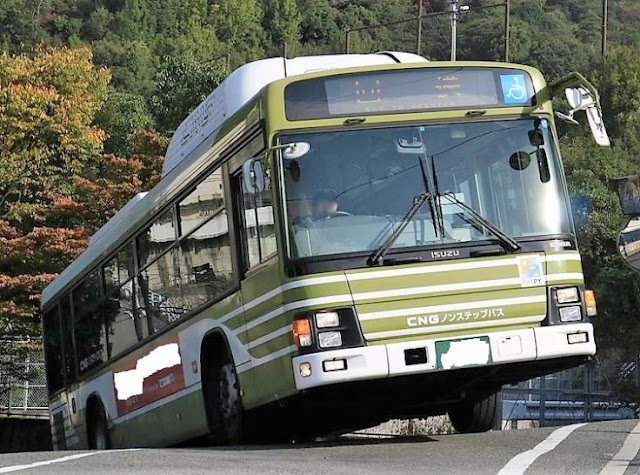 急坂を登り切ろうとしているバス