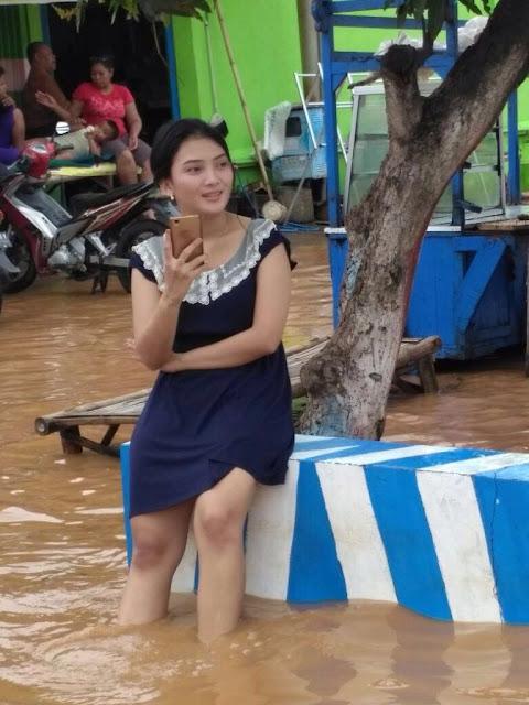 Ini Dia Si Cantik Korban Banjir yang Lagi Heboh Jadi Pembicaraan di Media Sosial