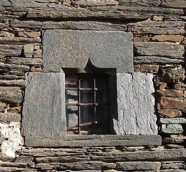 Bocadève Saint-Just 35, une superbe fenêtre à accolade, schiste