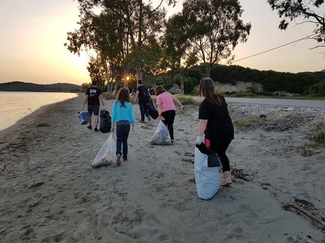 Θεσπρωτία: 10 εθελοντές/τριες, ανάμεσά τους 5 παιδιά, καθάρισαν την παραλία Δρεπάνου Ηγ/τσας