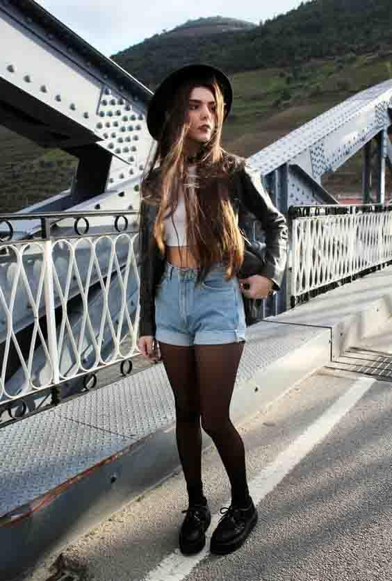 Short jeans com meia calça, cropped, jaqueta de couro e sapato