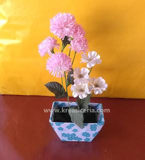 Vas bunga dari barang bekas yaitu kotak susu