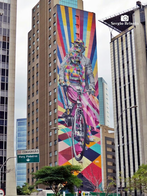 Vista ampla do Mural Ciclismo na empena do Hotel Ibis Styles SP Faria Lima