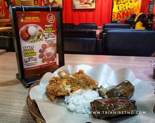 ayam goreng dan sambal daun jeruk adalah salah satu menu favorit di restoran ayam geprek pangeran
