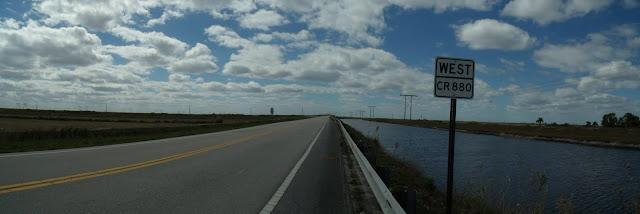 La County Road 880 hacia el oeste junto al Ocean Canal