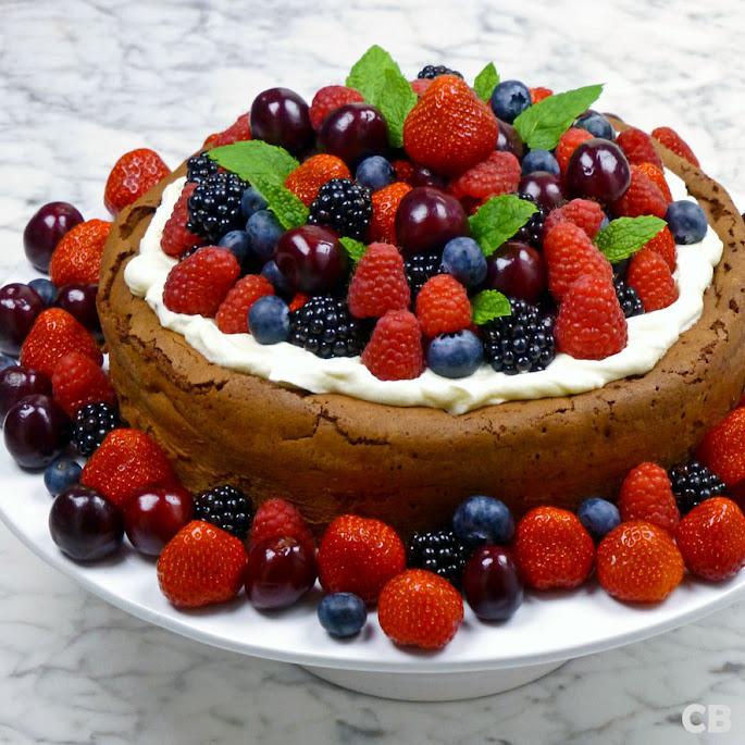 Chocoladetaart met heel veel zomerfruit en slagroom