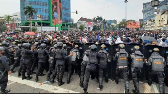 Jokowi ke Kalteng di Tengah Demo Omnibus Law, Pengamat: Tidak Bijak!