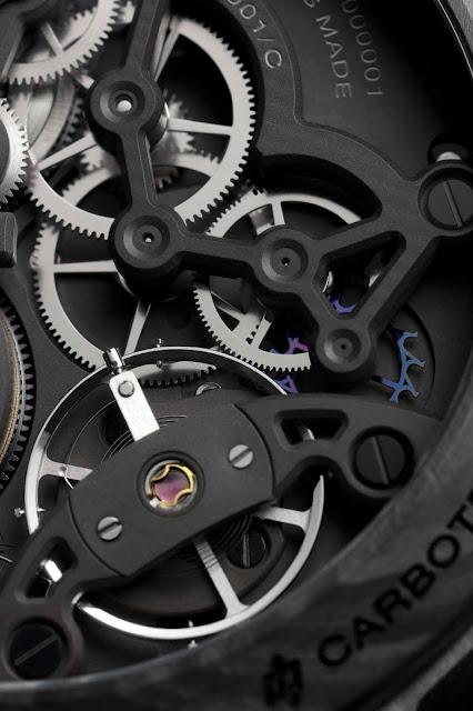 Officine Panerai ID-Lab en Carbotech: une montre garantie 50 ans sans entretien grâce à l'optimisation des possibilités infinies du carbone.