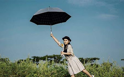 Kalia Siska Bawa Payung