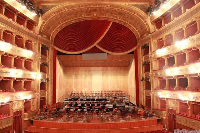 Nội thất nhà hát kiểu cổ điển nhiều tầng