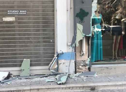 Αυτοκίνητο στο Άργος κάρφωσε σε κολόνα καταστήματος