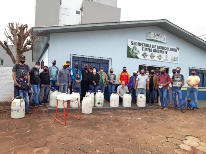 Quedas do Iguaçu: Prefeitura entrega botijões de nitrogênio, sêmen e equipamentos para inseminação