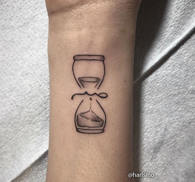 Tatuaje reloj pequeño