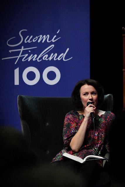 Jenni Haukio ja runokokoelmansa Katso Pohjoista taivasta. Valokuva Noora Saarinen
