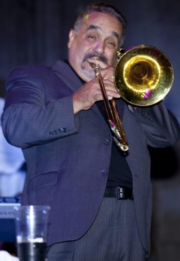 Foto de Willie Colón tocando la trompeta