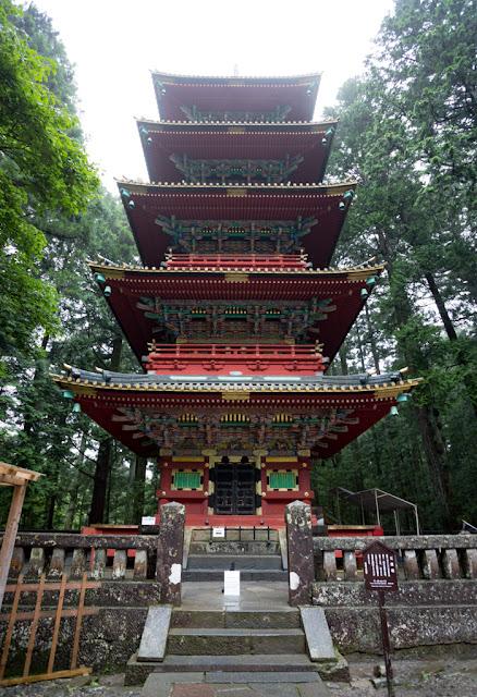 Pagoda de Toshogu ... la tierra, el agua, el fuego, el viento y el cielo :: Canon EOS5D MkIII | ISO200 | Canon 17-40@17mm | f/4.5 | 1/15s