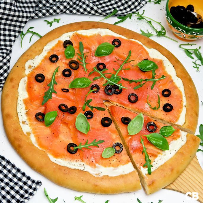Recept Focaccia met gerookte zalm, citroenmayonaise en olijven
