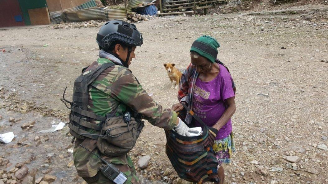 Kopassus berikan bekalnya kepada ibu-ibu kelaparan
