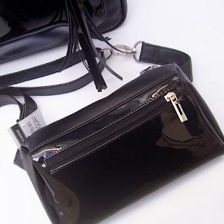 Riñonera Tres Bolsillos en color negro con frente en charol negro