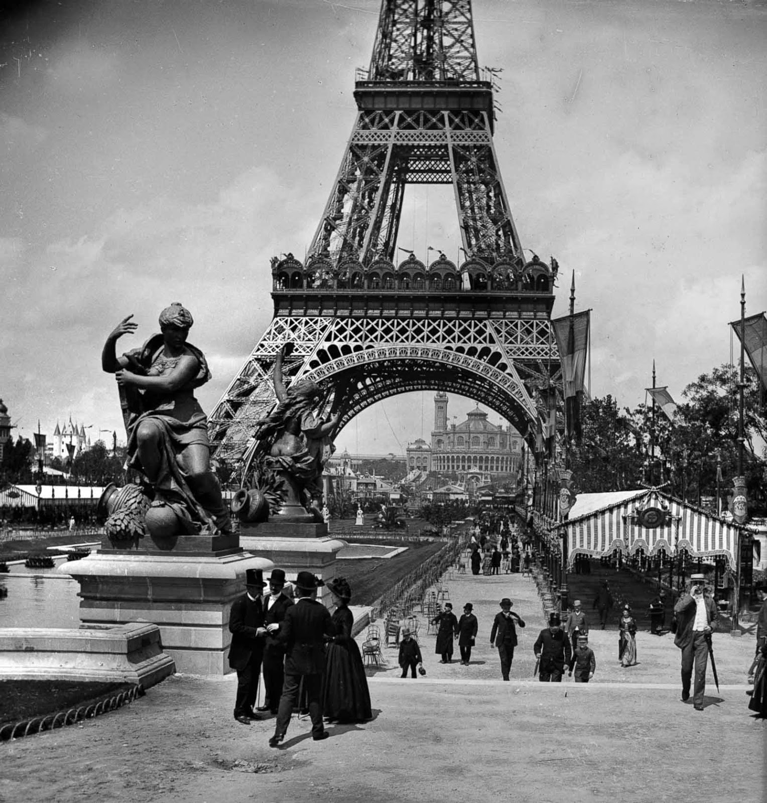 Eiffel had a permit for the tower to stand for 20 years; it was to be dismantled in 1909, when its ownership would revert to the City of Paris.