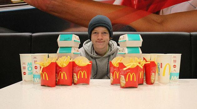 Un chico toma alimentos de Mc Donald`s todos los días durante 2 años y...
