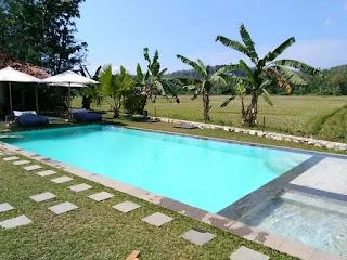 Tempat honeymoon romantis serta nyaman yang pertama adalah Blue Garden Yogyakarta. Berlokasi strategis di Jl. Bibis Lemahbang RT 02, Bangunjiwo, Kasihan, Bantul, Jogja yang nyaman dan asri. Hotel ini mengusung konsep alam dimana penginapannya dipadukan langsung dengan alam hijau yang sejuk dan nyaman dipandang.