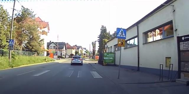 Un joli geste, une voiture de police vient à la rescousse d'un petit hérisson !