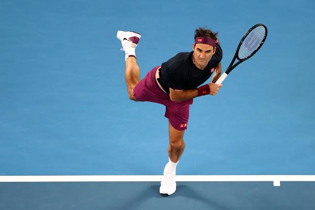O tenista Roger Federer performa um saque durante o torneio de tênis Australian Open