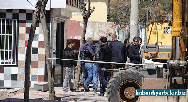 DİYARBAKIR-Diyarbakır'ın Bağlar ilçesinde ruhsatsız olduğu iddia edilen bir ev ile bir işyeri belediye tarafından yıkıldı.