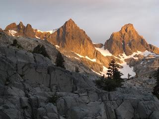 Mount Ritter und Banner Peak werden von der Morgensonne beschienen