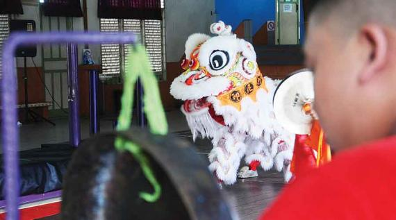 TRYING THE FIELD: Pontianak Lion Dance International Participants try out the match on Thursday (6/20). HARYADI / PONTIANAKPOST