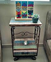 mesa de luz hecha con pallets de madera desarmados