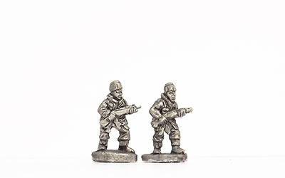 KBR28   Winter kit, advancing with rifle
