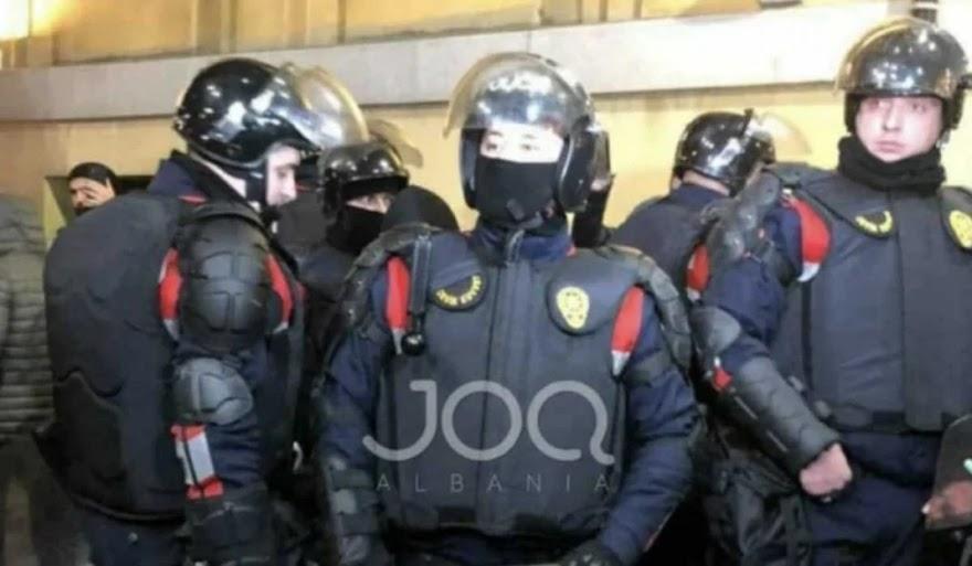 Αλβανοί αστυνομικοί με τουρκικές στολές
