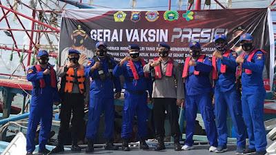 Nelayan Tengah Laut dapat Nasi Kapau  (Vaksinasi Jangkau Pulau) Presisi Polres Karimun