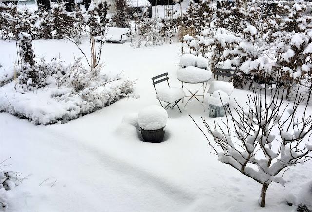 Mye snø i hagen. Foto 1