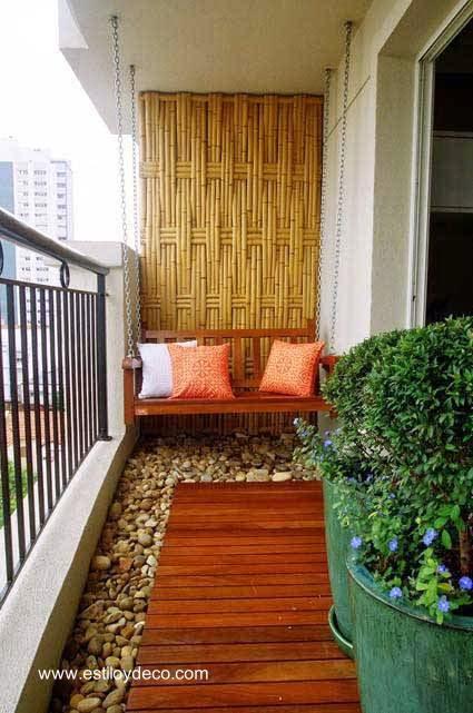 Balcón de reducidas dimensiones funcional y decorado