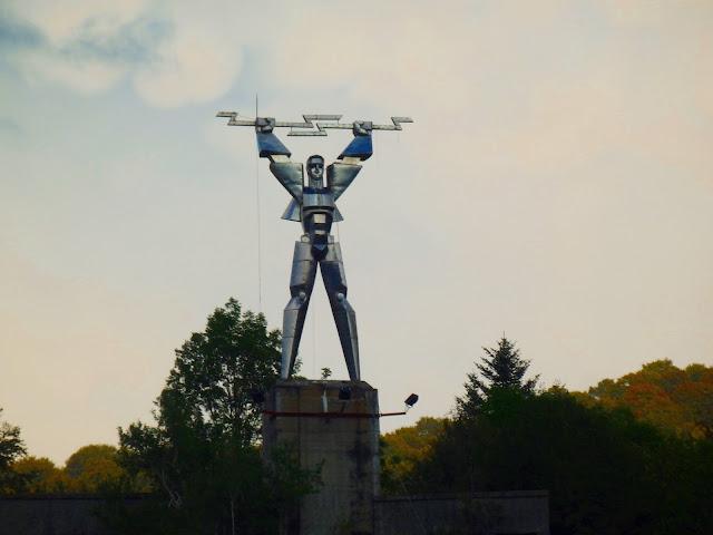 W okolicach jeziora Vidraru jest też rzeźba Transformersa