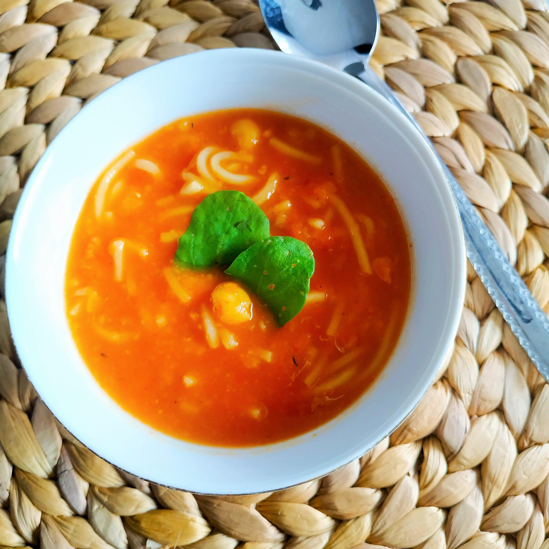 Zupa z pieczonych warzyw z ciecierzycą i makaronem