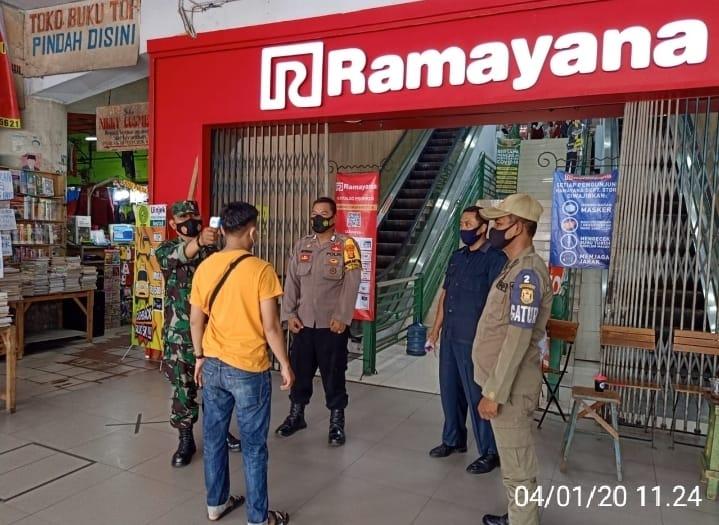 Babinsa Koramil 410-05/TKP bersama dengan Satuan Tugas Penanganan Covid-19 terapkan Protokol Kesehatan kepada para pengunjung Ramayana