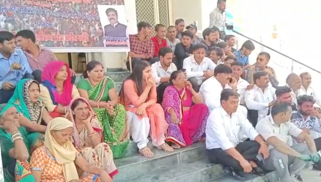 Congress workers stopped the main entrance of the police station, demanding registration of case against MLA