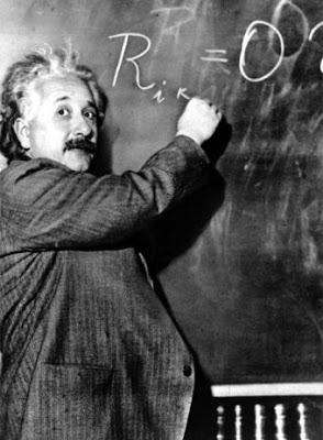 Foto de Albert Einstein escribiendo en la pizarra